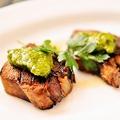 料理メニュー写真豚タンの炭火焼き 香草のソース