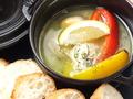 料理メニュー写真牡蠣と青ねぎのアヒージョ (バケット付き)