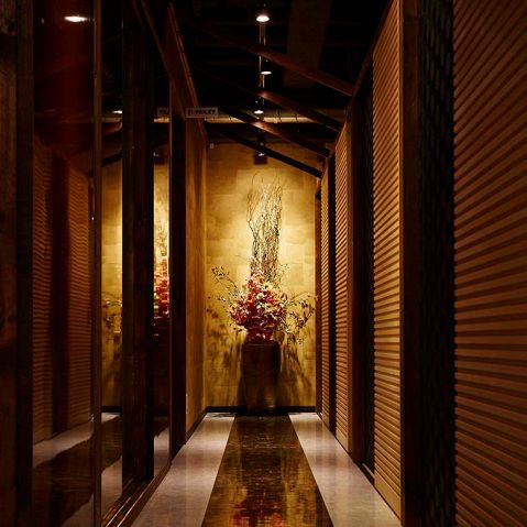 デザイナーが設計した店内は接待やデートに最適な空間