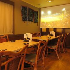 会社のお仲間やご友人、ご家族などの少人数飲み会やお食事におすすめなテーブル席をご用意しております。皆様でお楽しみいただける大画面のスクリーンもございますので、お気軽にお問合せください。