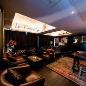 """【2F ソファー席個室「Le Fumoir」(~15名様)】スモークルームを意味する""""Le Fumoir""""はクラシック・ヨーロピアンの家具が並びます。シークレット感漂う特別な1室です。"""