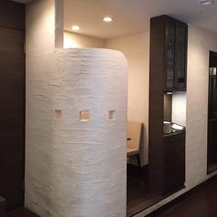 白を基調とした清潔感ある店内に個室をご用意致しました。人気個室でございますので、週末は早めのご予約がおすすめです♪