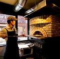 ピザ窯の見えるキッチンカウンターはデートにぴったり。新鋭イタリアンのピザ職人たちのワザを是非ご覧ください♪