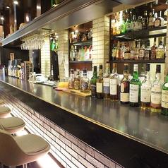 バーテンダーが目の前でシェイカー振ります♪バーテンダーにその日の気分に合わせたカクテルを作ってもらって、お楽しみ頂くこともできます!ワインも各種取り揃えてます!大人気の自家製サングリアも大人気★