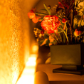 黒を基調とした店内は落ち着きのある造り。優しく灯る間接照明が印象的な個室席はご接待のご利用にも最適。優しく灯る間接照明が印象的な個室席は、ご接待のご利用にも最適。風情を感じる完全個室、こだわりの空間で厳選された食材を使用した逸品料理をご堪能ください。