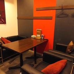 モニター付き!赤と黒のモダンなVIP個室は特別感たっぷり。デートにもオススメ○