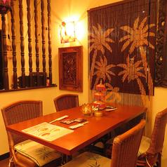 おしゃれでモダンな雰囲気の店内テーブル席は、お友達同士のお食事や飲み会、デートにもピッタリ◎