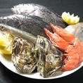 調理、素材選びにとっても強いこだわりを持っております。刺身に合う魚、煮つけに合う魚など肴によってさまざまな調理法をしております。鮮魚は広島の瀬戸内産海の幸を中心に取り揃えております。