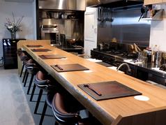 オーナーシェフの本格的な調理が間近でお愉しみいただけるオープンキッチンのカウンター。お一人様からでもお気軽にお越しください。