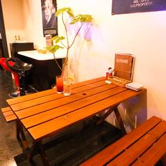 ウッドテーブルはリゾート気分で楽しめる!