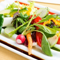 有機野菜ソース仕立ての新鮮サラダは料理長のいちおし!