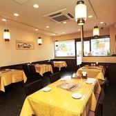 【1階】お一人様でも、友人やご家族でのご利用にもおすすめの1階テーブル席。お昼や通常のご飲食などで気軽にご利用いただけるお席です。広々とした店内でゆったりと食事やお酒をお楽しみください。(横浜中華街 食べ放題 個室)