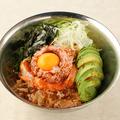 料理メニュー写真海鮮メタル丼(まぐろユッケ/サーモン/かつお節/アボカド/ねぎ/のり)