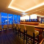 広々としたメインフロアをはじめ大人気のカウンター席、ソファー席など様々なタイプの席をご用意。