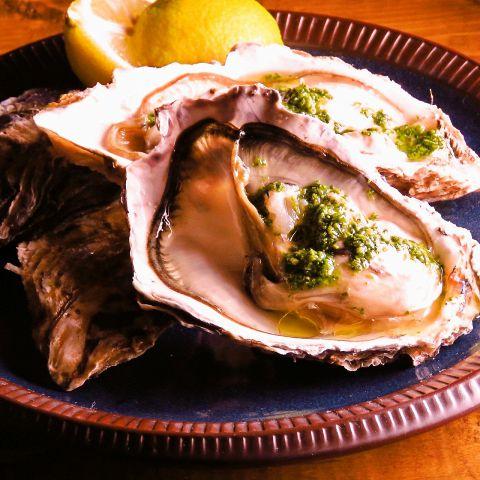 毎日大粒の新鮮な生牡蠣をご用意。そのままレモンで。