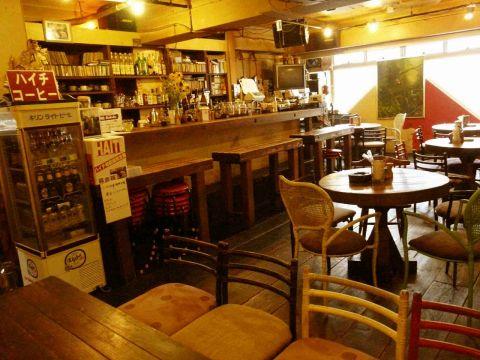 ぬくもり溢れる店内は、憩いの場にぴったり。音楽好き、コーヒー好き、旅好き…集まれ