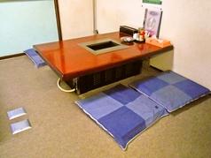 足を崩して座れるお座敷席、扉を閉めれば個室になります。個室は5部屋(12名×1、8名×1、4名×3)