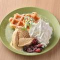 料理メニュー写真ホットワッフルと季節のアイス添え~贅沢なキャラメルソース~