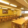 二階の宴会場は、ソーシャルディスタンスを鑑みた席配置を行っております。四人掛けのテーブルに、向き合わないよう斜めに二人ずつの配席となります。貸切でのご利用もいただけますので、お気軽にお問い合わせください。