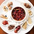 香辛料には、中華栄養師と医学専門家の指導のもと、大蒜(にんにく)、棗(なつめ)、党参(とうじん)、良姜(りょうきょう)、龍眼(りゅうがん)、枸杞の実(くこのみ)など、数十種類の精選した漢方食材を使用。スープの仕上げにこれらの食材を加えることで、血行促進や美肌、滋養強壮、老化防止の効果が期待できます。