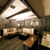 【3F ラウンジ ソファー席個室「NEO COUNTRY」(~12名様)】ウッディなインテリアで統一された空間。ほっこりくつろげる温もりや柔らかさを持ちながらも、華やぎをもたらす「super eight 西麻布」ならではの洗練感をプラス。
