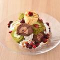 料理メニュー写真彩り溢れるロールケーキタワー(ふわっとホイップクリーム&ベリーソース)