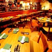 ゆったり料理とお酒を愉しめるテーブル席♪木目調の温かい雰囲気で◎