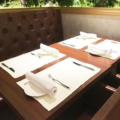 ゆったりしたベンチシートと掛け合わせたテーブル席です。様々な人数に対応致します。