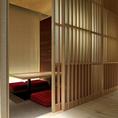 【4名様用個室】京モダンの造りで、木や和紙、障子の和の温もりが感じられる落ち着いた雰囲気。