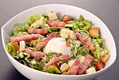 料理メニュー写真温泉卵・ベーコン・自家製クルトンのシーザーサラダ