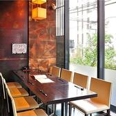 お昼からの利用にも好評の「咲くら」。窓際のお席は陽が気持ちよく、ディナーの静かな雰囲気とはちがう開放感が溢れます。11:30~15:00のランチタイムでは大好評の【おばんざいビュッフェ】がお楽しみいただけます。3時間の飲み放題付き、メインの「黒毛和牛の石焼きステーキ」と併せてビュッフェがご堪能いただけます。