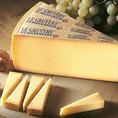 グリュイエールチーズはスイス・グリュイエール地方原産のチーズ。味わいは濃厚だけど爽やかでフルーティーな後味、ナッツのような香ばしい風味もあり、旨味もしっかりしております。