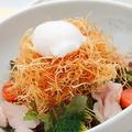 料理メニュー写真揚げじゃがいもと半熟卵のとりひめサラダ
