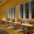 【ゆったり寛げるテーブル席】テーブル席では様々なご人数様に対応可能です。個室が満席の場合の宴会についてはこちらでのご案内も可能です。