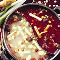 小肥羊の火鍋スープは、白湯(パイタン)スープと麻辣(マーラー)スープの2種類。この特製スープは、ラム肉特有の臭みを取り、ジューシーな食感が引き立つよう工夫。肉の食感を柔らかく保ち、何回肉をくぐらせても味が薄くならないのも、このスープの特徴。最初から最後まで、最高の味を楽しんで頂けるようこだわってます