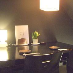 白と黒を基調にしたテーブル席。のんびり落ち着くと評判のお席です。