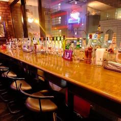 所狭しとお酒が並ぶカウンター。デートでもOK☆ワイン、ビール、オリジナルカクテルなど、色々楽しめます!旬料理と厳選したトムジュニアのビールで皆様をおもてなし致します。静岡で宴会、飲み会、女子会や記念日、誕生日、同窓会やデートなどは「トムジュニア」をご利用ください。