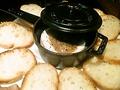 料理メニュー写真ストウブで焼いた、丸ごとカマンベール パン付き