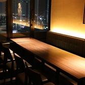 和モダンの店内内装は居酒屋らしく落ち着きのある空間です。団体個室席、個室席、半個室席、のほかにボックス席、カウンター席までお客様の利用シーンに幅広くお応え致します。「咲くら」大阪マルビル店なら大阪駅徒歩3分、梅田駅なら直結でお越しいただけます。美味しい日本酒と海鮮も味わえるプランでご宴会にどうぞ。