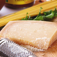 パルミジャーノ・レッジャーノはイタリアを代表するチーズのひとつで1000年以上の歴史を持ちイタリアチーズの王様とも呼ばれています。伝統がいま続く歴史的な味わいをお楽しみいただけます。