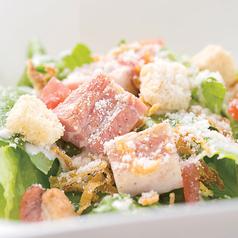 料理メニュー写真厚切りベーコンとフレッシュレタスのシーザーサラダ