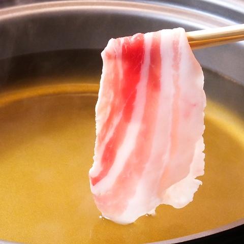 黄金のだし汁で食べる黒豚しゃぶしゃぶはここだけの味。