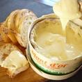 ヴァシュラン・モン・ドールはフランスの歴史的チーズ。かぐわしい樹の香り、そして流れ出るほどに滑らかな生地の口当たりと、芳醇なミルクの風味を味わいで世界にたくさんのファンを抱えています。