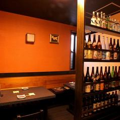 テーブル4名様席。写真にございますように焼酎、日本酒豊富に取り揃えております!