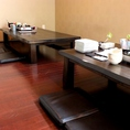 子上がりの個室は周りの目も気にならず一体感のあるお食事を楽しめます。