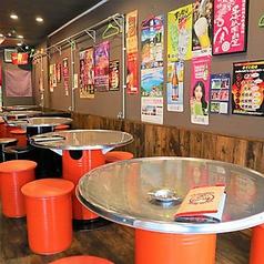 女子会や宴会でいつも賑わっているテーブル席!店内はアットホームな雰囲気で周りの方との距離が近いので別で来たお客様と混じることも…♪ご宴会や歓送迎会などにおすすめのお得な飲み放題プランもご用意◎韓国料理と一緒にお楽しみください♪