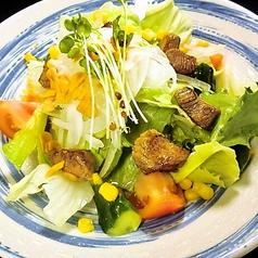 炒めビーフと冷たいサラダ
