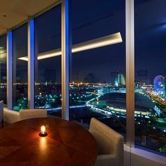 夜景が見えるオシャレで落ち着いた空間は、デートや記念日・誕生日などの利用はもちろん、大人数でのお集まりにも最適。
