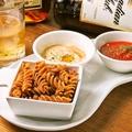 料理メニュー写真カリカリパスタ 2種類のオリジナルソース付き