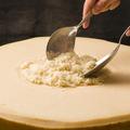 料理メニュー写真その場で仕上げる黒トリュフ風味のパルミジャーノリゾット